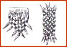 Además de hacerla de siete tientos, también se lo puede confeccionar de cinco, y así; según el ancho que se desee. La segunda figura muestra una trenza de